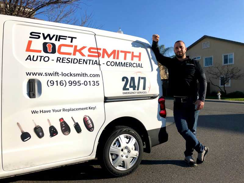 locksmith-with-car